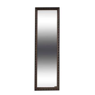 Espejo. Siglo XX. Elaborado en material sintético. Con luna rectangular. Decorado con motivos orgánicos.