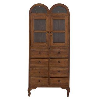 Vitrina. SXX. En talla de madera. Con puertas abatibles con cristal, 8 cajones con tiradores y soportes semicurvos. 190 x 85 x 36 cm