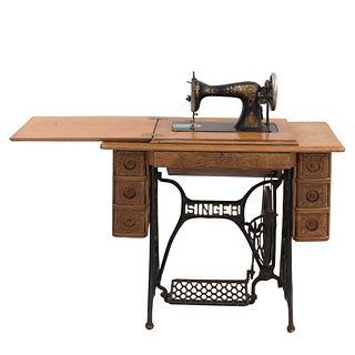 Máquina de coser. Siglo XX. Elaborada en metal. Marca Singer. No. Serie K114348. Con mueble de madera con 7 cajones. 76 x 93 x 46 cm