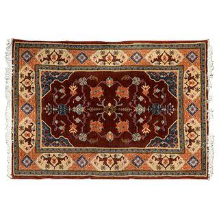 Tapete. SXX. Estilo Turcomano. En fibras de lana y algodón. Decorado con elementos florales, geométricos y orgánicos. 190 x 140 cm