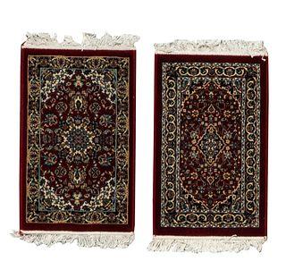 Lote de 2 tapetes para pie de cama. Turquía. Siglo XX. Elaborados en fibras de dralón. Decorados con medallones centrales. 50 x 83 cm