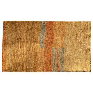 Tapete. India. Siglo XX. Anudado a mano en fibras de yute. Decorado con franjas en colores ocre, verde y anaranjado. 93 x 150 cm