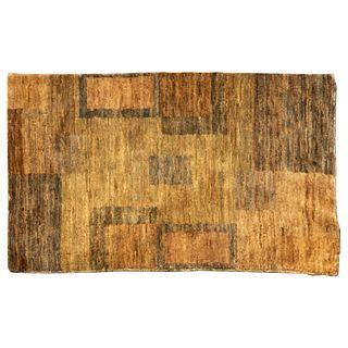 Tapete. India. Siglo XX. Anudado a mano en fibras de yute. Decorado con franjas en colores ocre y negro. 146 x 89 cm