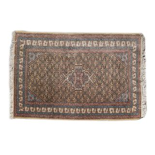 Tapete. Siglo XX. Estilo Tabriz. Elaborado en fibras de lana y algodón. Decorado con medallón central. 90 x 137 cm