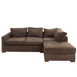 Sofá modular. SXXI. En madera con recubrimiento en tapicería color verde oliva. Con respaldos cerrados y asientos con cojines.