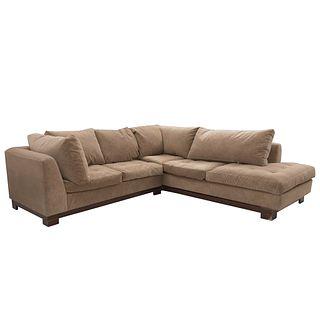 Sofá modular. SXXI. Estructura de madera con recubrimiento en tapicería beige. Con respaldos cerrados y asientos con cojines. Piezas: 2
