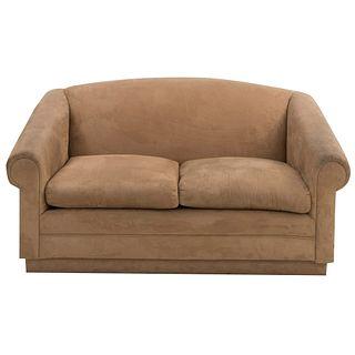 Loveseat. SXXI Estructura de madera con recubrimiento en tapicería tipo gamuza color beige. Con respaldo cerrado y asientos con cojines