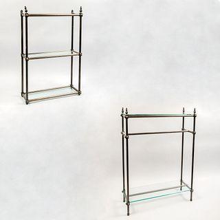 Lote de 2 estantes. Siglo XX. Estructura tubular de metal. A dos niveles. Con cubiertas rectangulares de vidrio.