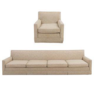 Sala. México. SXX. En madera y tapicería color beige. Marca Galerías Chippendale. Consta de: sofá de 4 plazas y sillón.