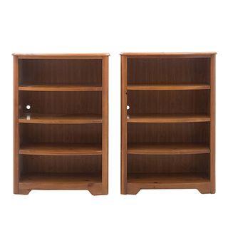 Par de libreros. Estados Unidos. Siglo XX. Elaborados en madera y triplay. Con cubiertas rectangulares, 4 entrepaños.
