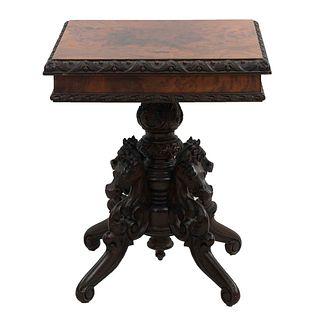 Mesa pedestal. SXX. En talla de madera. Con cubierta cuadrangular enchapada, fuste compuesto y soportes tipo roleo. 61 x 50 x 50 cm