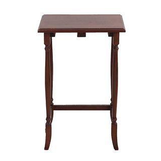 """Mesa auxiliar. México. SXX. En talla de madera. Con cubierta rectangular, fustes arquitectónicos y chambrana en """"C"""". 64 x 43 x 36 cm"""