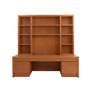 Librero con escritorio. Siglo XX. Elaborado en madera y triplay. Librero con 11 espacios. Escritorio con cubierta rectangular.