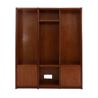 Aparador. Siglo XX. Elaborado en madera.  Con 4 espacios rectangulares, uno cuadrangular, 2 Puertas abatibles inferiores.