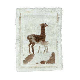 Tapete. Siglo XX. Anudado a mano en pelaje color beige. Decorado con llama color marrón. 140 x 110 cm