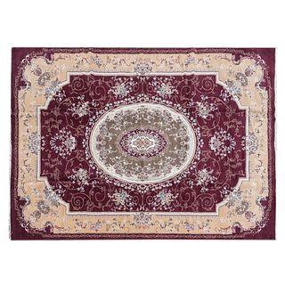 Tapete. Persia. Siglo XX. Estilo mashad. Elaborado en fibras de lana y algodón. Decorado con elementos florales, vegetales.