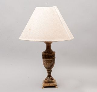 Lámpara de mesa. Siglo XX. Elaborada en resina moldeada. Acabado a manera de ónix. Electrificada para una luz. Con pantalla de tela.
