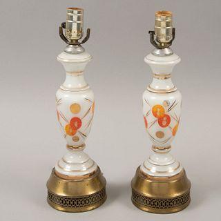 Par de lámparas de mesa. Siglo XX. Elaboradas en vidrio y latón. Electrificadas para una luz. Sin pantallas.
