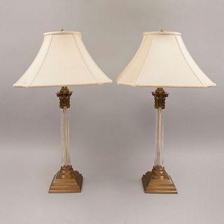 Par de lámparas. Siglo XX. Estructuras de metal dorado y vidrio. Para una luz cada una. Con pantallas de tela color beige.