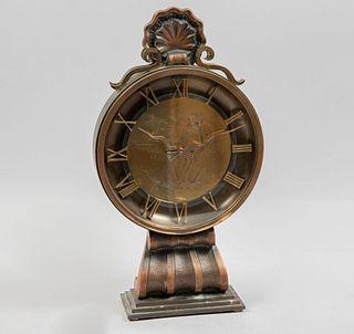 Reloj de mesa. Suiza. Siglo XX. Marca Imhof. Elaborado en metal dorado. Mecanismo de cuerda. Con carátula circular.