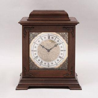 Reloj de chimenea. Siglo XX. Marca Seiko. Estructura de madera. Mecanismo de cuarzo. Con carátula rectangular.