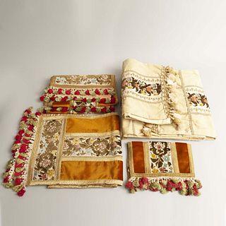 Juego de manteles. Siglo XX. Elaborados en tela aterciopelada con bordados tipo belga. Diferentes tamaños. Piezas: 6