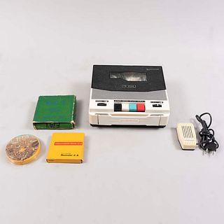 Grabadora de carrete. EE.UU., siglo XX. De la marca Commodore modelo PV-909R. Con micrófono. Mecanismo de baterías.