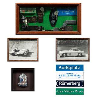 Lote de 4 cuadros decorativos. Siglo XX Consta de: a) 2 fotografías de automóviles. Enmarcadas. 17 x 23 cm c/u Otros.