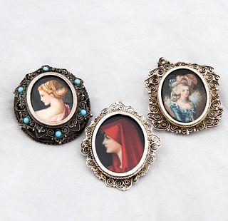 Lote de 3 prendedores. Origen europeo. Elaborados en plata 800 Pintados a mano. Con retratos de Santa Fabiola, Maria Antonieta, otra.