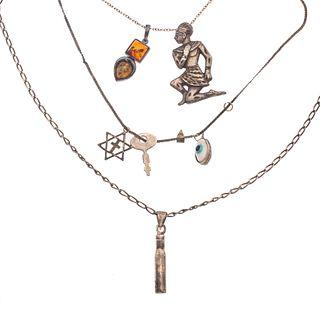 Cuatro collares y 6 pendientes en plata. Distintos diseños. Peso: 45.6 g.