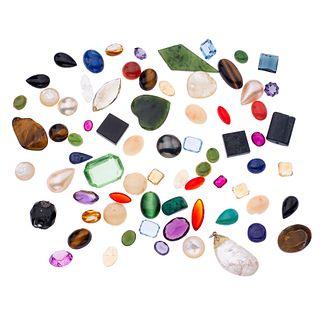 Lote de gemas sintéticas y naturales en distintas tallas y tamaños, entre ellas ojo de tigre, medias perlas cultivadas, jadeita, cua...