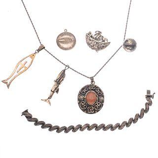 Collar, seis pendientes y pulsera en plata. Diseños de peces. Peso: 93.2 g.