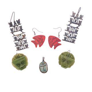 Tres pares de aretes y pendiente con jadeita y turquesa en plata. Diferentes diseños. Peso: 46.6 g.