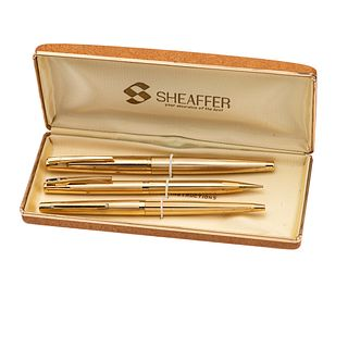 Pluma fuente, bolígrafo y lapicero Sheaffer. Cuerpo en acero dorado. Estuche original.