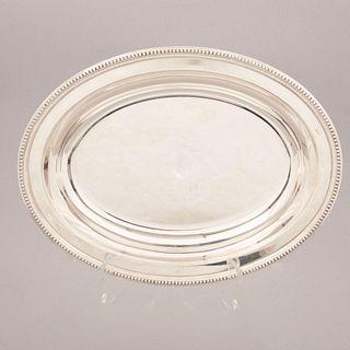 Charola. Francia. Siglo XX. Diseño oval. Elaborada en metal plateado Christofle. Sellada.