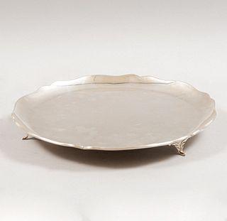 Charola. México, siglo XX. Diseño circular. Elaborado en plata sterling Ley 0.925 sellado TANE. 32 cm de diámetro Peso: 768 g