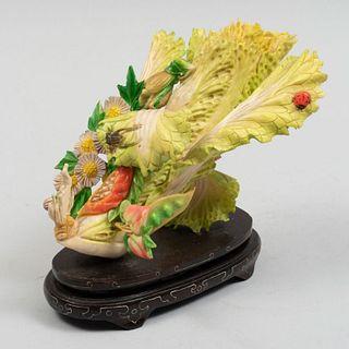 Lechuga con saltamontes. China, años 70. Talla en hueso emplacado con detalles en tinta color verde, rojo y amarillo con base de madera