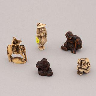 Lote de 5 netsukes. Origen oriental. Siglo XX. En talla de marfil, hueso y madera. Algunos decorados con elementos esgrafiados en tinta