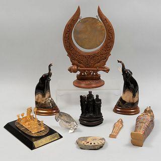 Lote mixto de 8 artículos decorativos. Francia, China, Egipto y otros. Siglo XX. Consta de: pez calado sellado Christofle, otros.