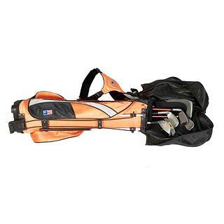 Bolso y 6 bastones de golf para adulto. Estados Unidos. Siglo XX. En nylon, metal y material sintético. Bolso color naranja con negro.
