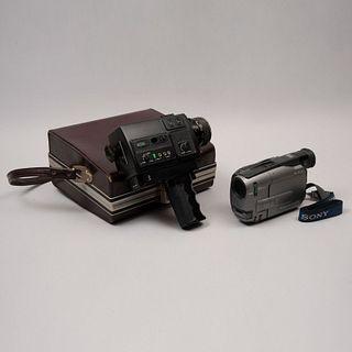 Lote de 2 cámaras de video. Siglo XX. Elaboradas en baquelita, material sintético y metal. Marca Sony y Bolex.