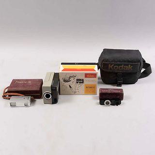Lote de artículos para fotografía.  Siglo XX.  Consta de: Cámara Minolta- 16, Cámara Instamatic. Modelo Hawkeye, difusores, otros.