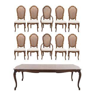 Antecomedor. Siglo XX. Elaborado en madera. Consta de: Mesa con sistema de extensiones, 8 sillas y 2 sillones.