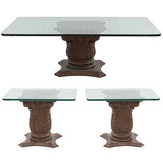 Juego de 3 mesas auxiliares. Siglo XX. Elaboradas en madera y vidrio. Consta de:  Mesa. Con cubierta rectangular. Otras.
