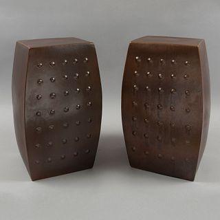 Par de bancos de jardín. Siglo XX. Estilo japones. Estructura metálica. Decorados con elementos a manera de remaches.