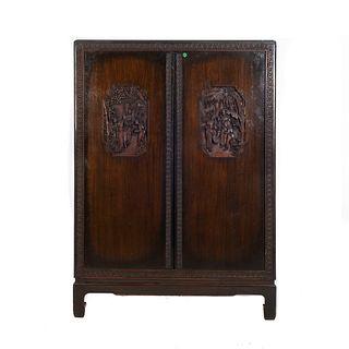 Semanario. Siglo XX Estilo chinesco. Talla de madera. Con 2 puertas abatibles, 7 cajones, soportes rectos.