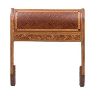 Cabecera individual. Siglo XX. En talla de madera. Decorada con elementos geométricos y taracea. 116 x 109 x 13 cm