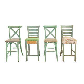 3 periqueras. Siglo XX. Diferentes diseños. Talla en madera color menta. Con respaldos semiabiertos y 2 con asientos acojinados.