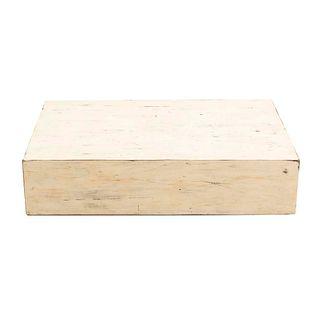 Mesa de centro. Siglo XX. Talla en madera color blanco. Con cubierta rectangular y fustes rectos. 22 x 96 x 59 cm