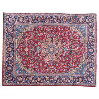 Tapete. Persia. Siglo XX. Estilo Mashad. Elaborado en fibras de lana y algodón. Decorado con medallón central.